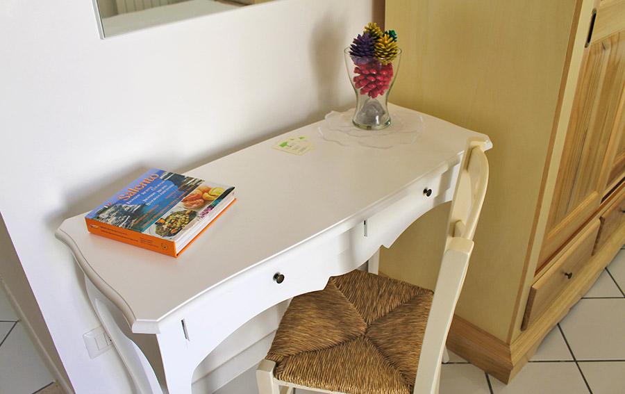 Camera Del Papavero - Particolare tavolino