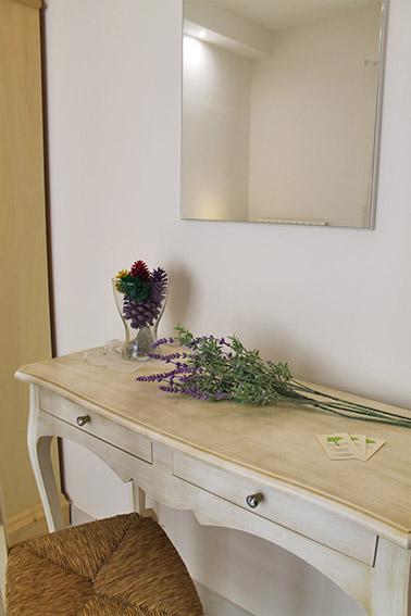 Camera Ulivo - Particolare tavolino